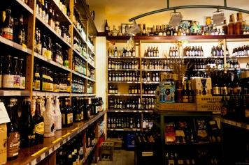 Cửa-hàng-bia-De-Bierkoning-với-một-danh-sách-khổng-lồ-các-loại-bia.